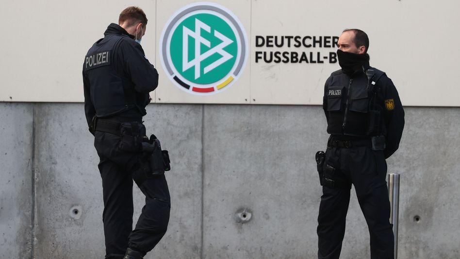 Polizisten vor der DFB-Zentrale in Frankfurt am Main am Mittwochmorgen