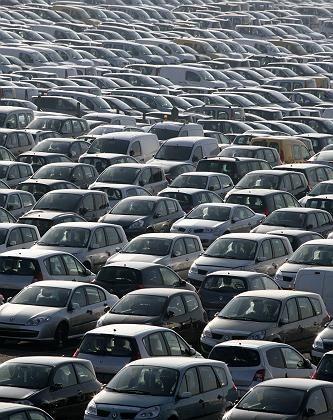 Renaults auf Halde: Die Absatzkrise hat die Franzosen voll erwischt