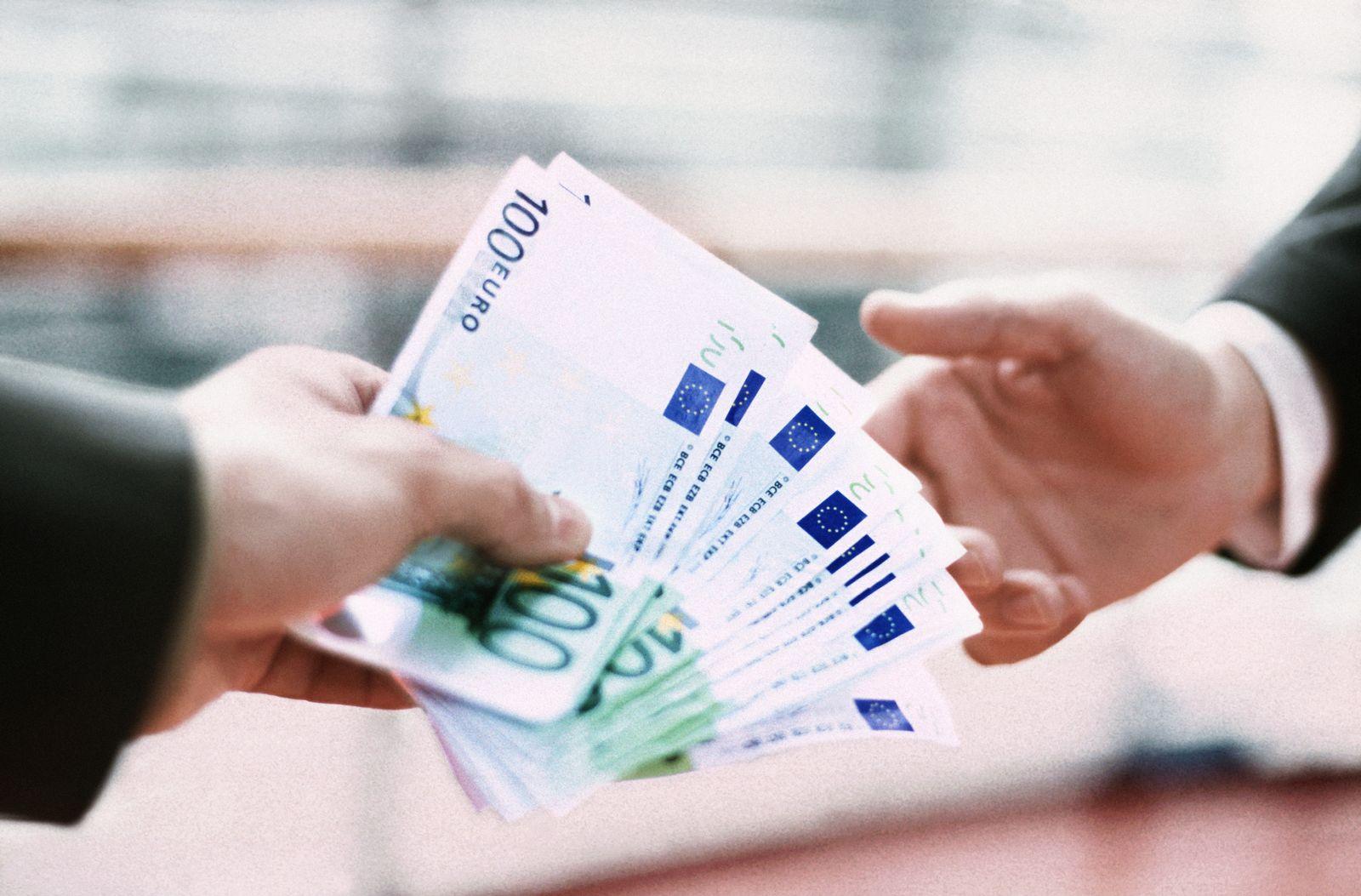 NICHT MEHR VERWENDEN! - Geld / Euro / Euroscheine / Geben / Übergabe / Weitergeben / Abgeben