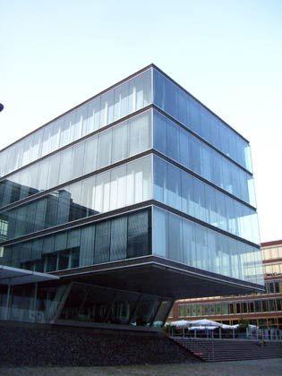 Perle am Hafenrand: Das Bürogebäude von Leonhardt & Blumberg liegt direkt am Elbufer