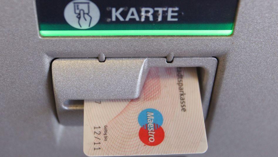 Geld von der eigenen Bank: Bei vielen Sparkassen ist es mittlerweile weder am eigenen Automaten noch am eigenen Schalter kostenlos zu haben