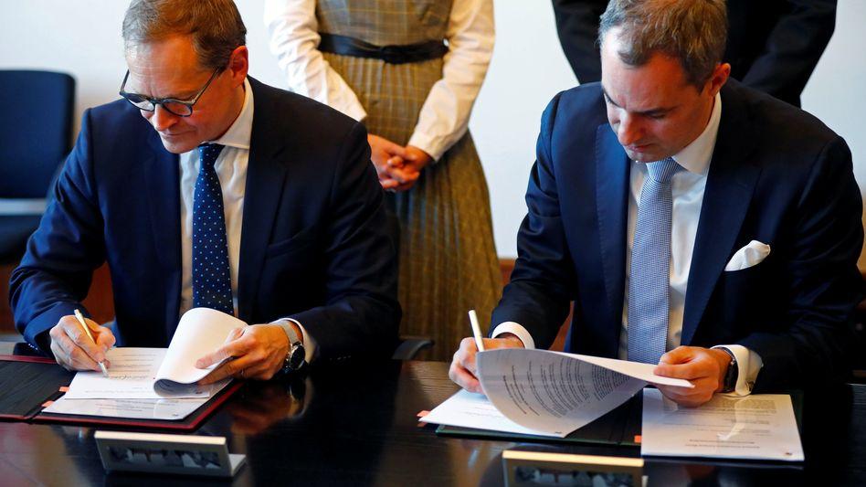 Siemens-Vorstand Cedrik Neike und Berlins Regierungschef Michael Müller unterzeichnen die 600 Millionen Euro schwere Vereinbarung