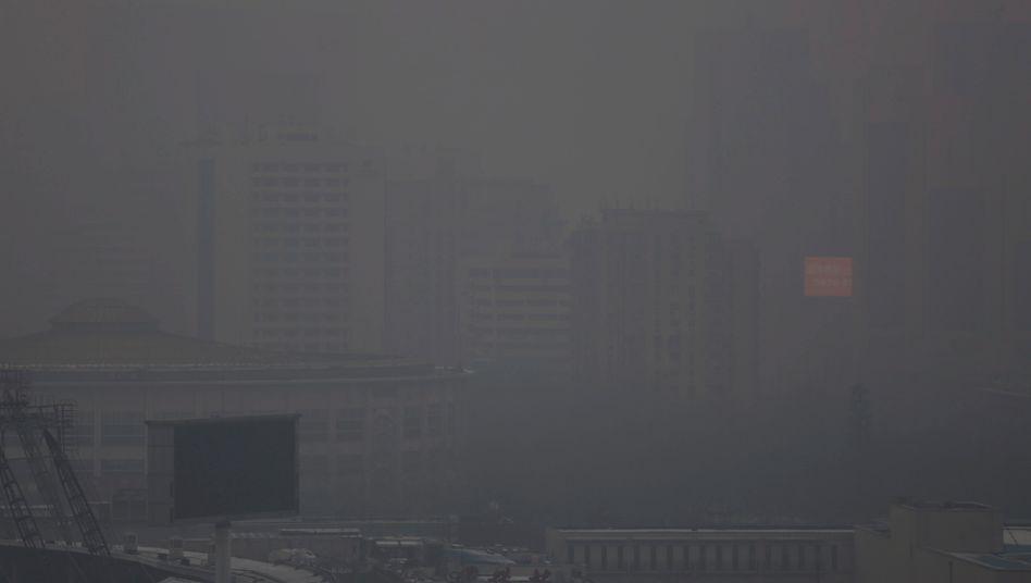 Peking bei ... Tag: In der dicken Smog-Schicht werden die maximal empfohlenen Feinstaub-Werte teils um das 24-Fache überschritten