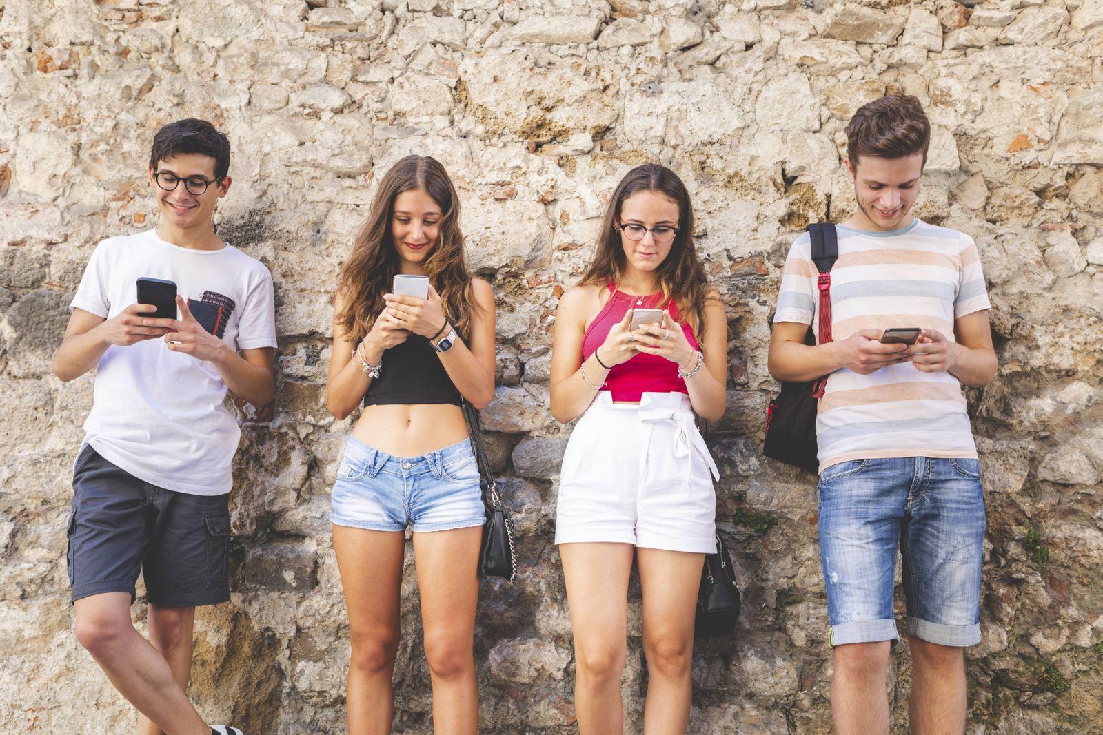 EINMALIGE VERWENDUNG Jugendliche mit Smartphones / Handys