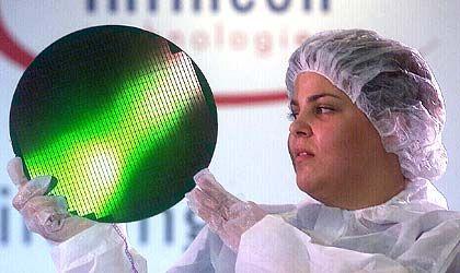 Leiharbeiter-Tarif geplant: Infineon-Mitarbeiter mit sogenanntem 300-Millimeter-Wafer, auf dem Chips hergestellt werden