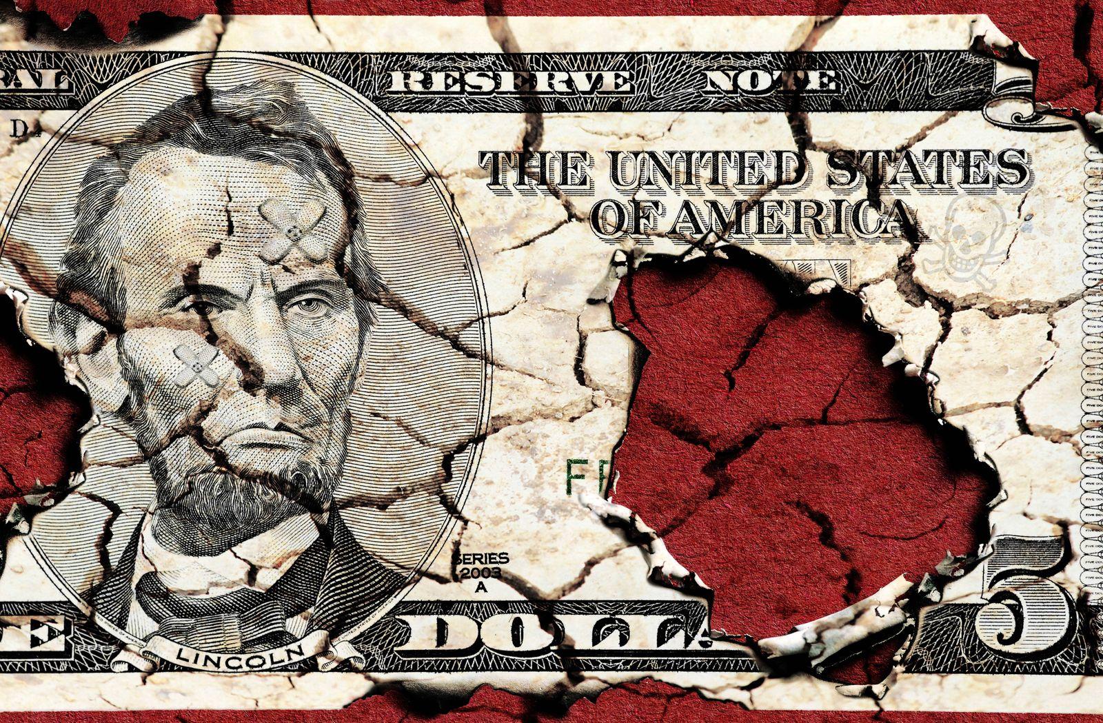 5 Dollar Schein mit Brandloechern und Rissen Symbolbild Staatsverschuldung der USA abgebrannt 5