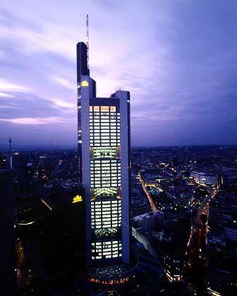An Wolken kratzen: Architekt Norman Foster hat den 56 Stockwerke hohen Bau entworfen, der in den Jahren 1993 bis 1997 errichtet wurde. Der Commerzbank-Klotz ragt (ohne Aufbauten) 258,7 Meter in die Höhe. Damit überragt er als Frankfurts höchster Wolkenkratzer auch den zwei Meter niedrigeren Messeturm.