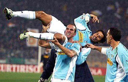 SS Lazio Rom, Platz 15 (15) mit 104,2 Millionen Euro Einnahmen: Lazios Paolo Di Canio trägt Teamkamerad Cesar im Olympic-Stadion auf den Schultern
