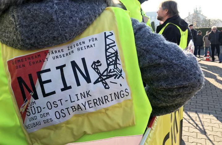 Nicht nur in Redwitz an der Rodach (Bayern) wenden sich Menschen gegen neue Stromtrassen. Ihr Widerstand verzögert den Ausbau erheblich