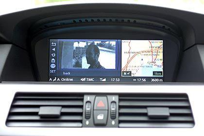 Schlüssel vergessen: Wird der Besuch als freundlich erkannt, kann auch der BMW per Funksignal die Haustür öffnen