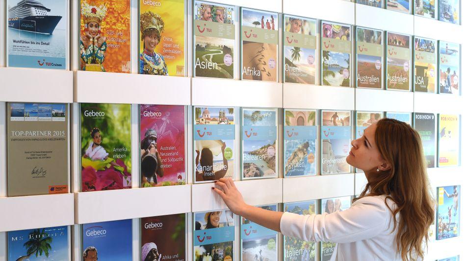 Frau in Reisebüro: Die Reisebranche wird durch die Corona-Krise schwer gebeutelt.