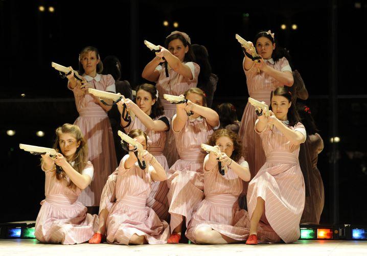 """""""Mädchen in Uniform - Wege aus der Selbstverwirklichung"""" hieß ein Theaterstück, das vor einigen Jahren in Hamburg Premiere hatte. Der Weg ist aber schwer zu finden, weil alle Welt uns vorgaukelt, Selbstverwirklichung sei das Zentralelement guten Lebens."""