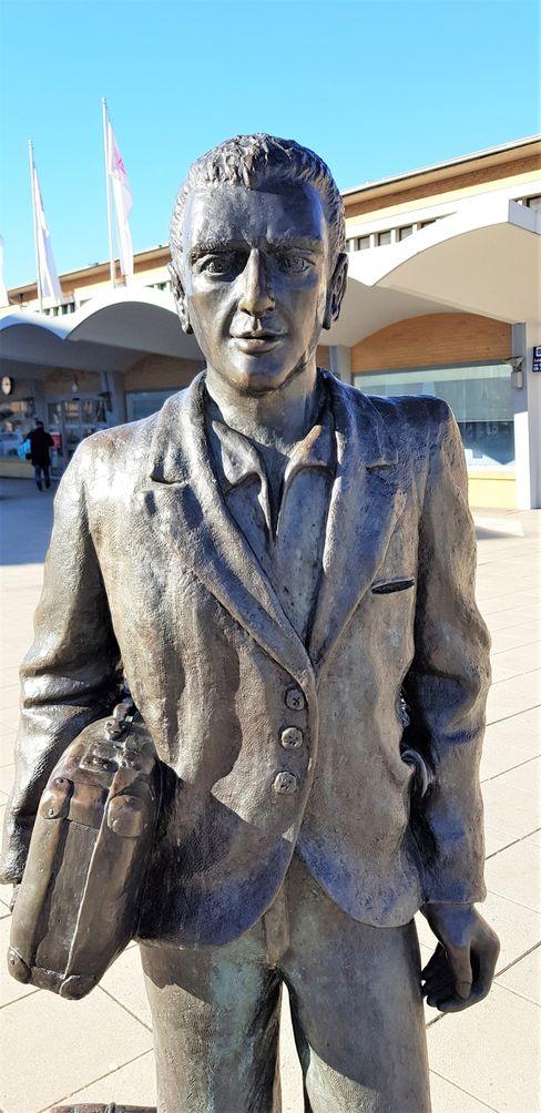 Italienische Einwanderer haben Wolfsburg geprägt. Diese Bronze-Plastik namens L'Emigrante am Hauptbahnhof erinnert daran.