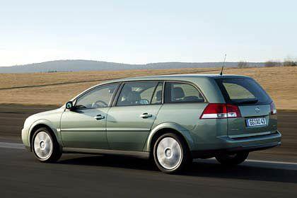 Opel Vectra: Das Sorgenkind von Opel heißt Vectra. Die Stufenheckversion floppte. Kein Wunder, das Segment liegt im Sterben. Aber auch bei der Kombi-Version Caravan (Foto) ging die Markteinführung daneben. Weil sich Opel im vergangenen Jahr eine teure Kampagne sparte, wussten die Käufer nichts von der Neuheit.