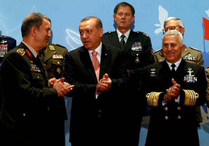 Ein Bild aus besseren Tagen: Erdogan mit Militärs im Mai