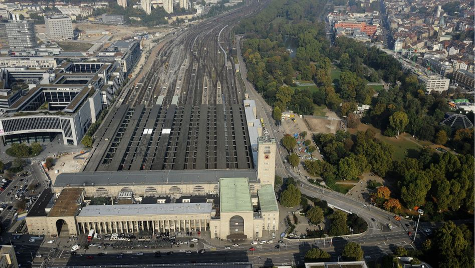 Vor dem Umbau: Der Hauptbahnhof in Stuttgart mit angrenzendem Schlossgarten