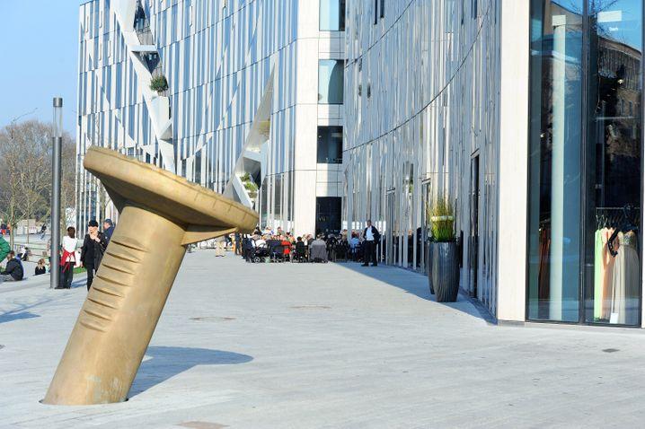 Vor dem Kö-Bogen in Düsseldorf ragt ein riesiger Nagel aus dem Boden. Das Kunstwerk ist auch ein spannendes Fotomotiv.