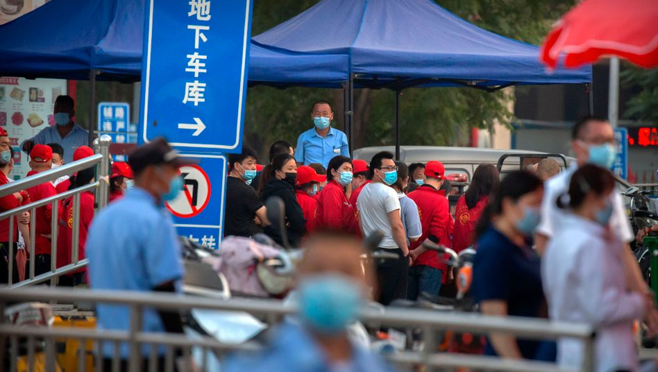 Ein massives Polizeiaufgebot sichert in Peking einen der Märkte ab, auf dem das Coronavirus auf Schneidebrettern nachgewiesen worden sein soll