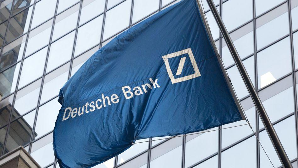 Deutsche-Bank-Fahne vor Niederlassung in New York: Die Bank bemüht sich nach wie vor Altlasten abzubauen.