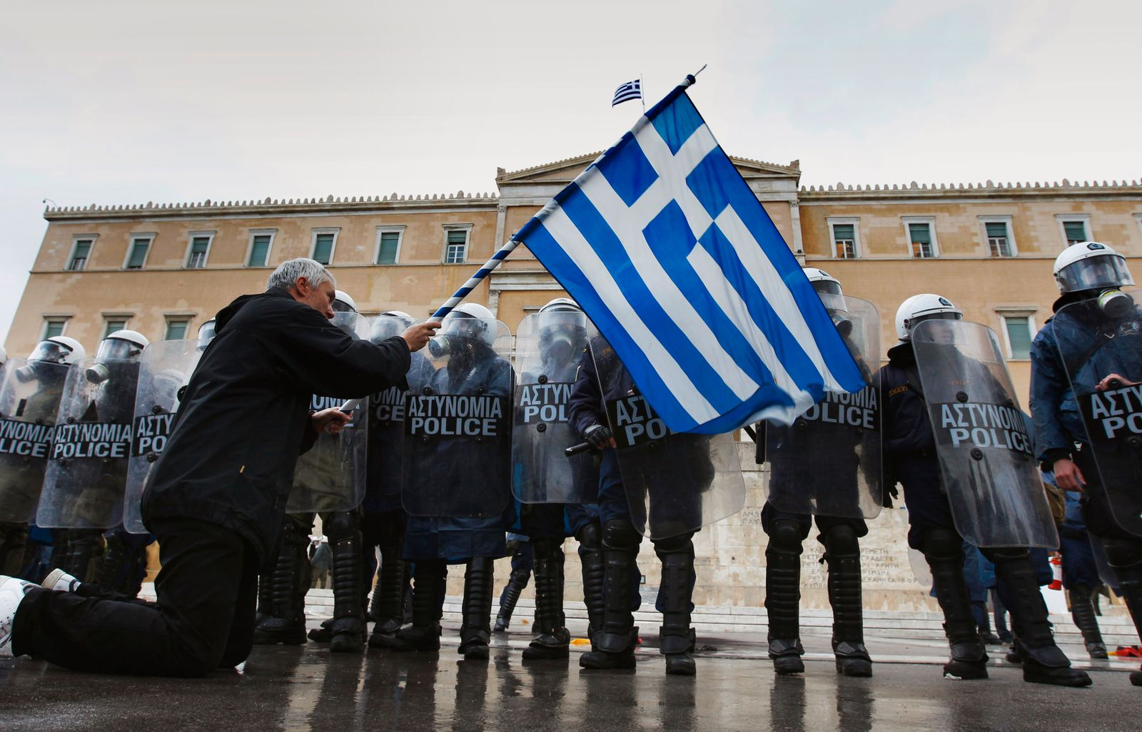 Griechenland / Krise / Protest / Mann kniet vor Polizei