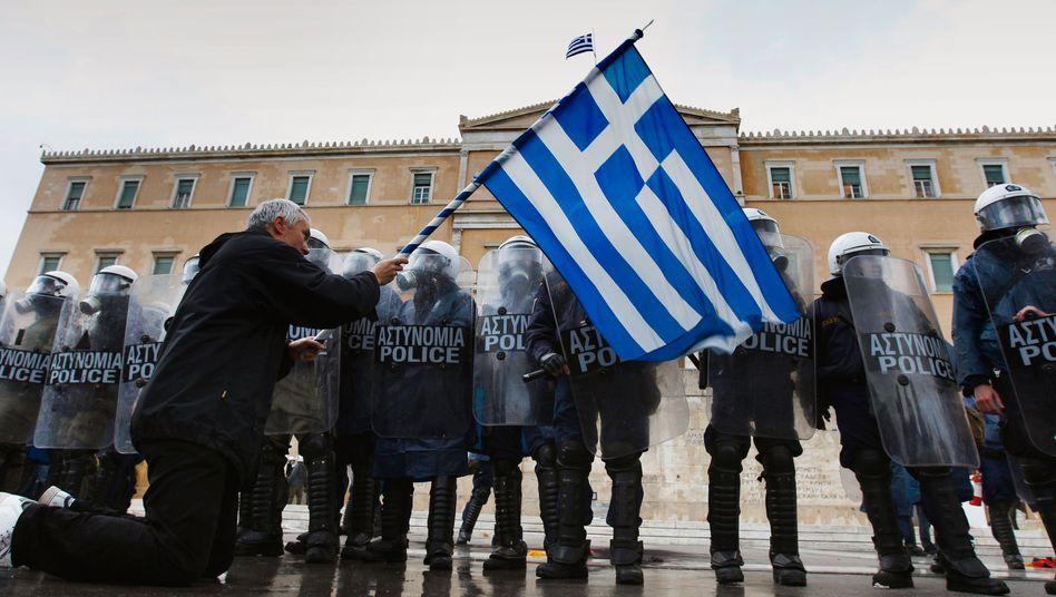 Polizeisperre vor dem Parlamentsgebäude in Athen: Kann sich die Regierung bald nicht mehr auf den Polizeiapparat verlassen?