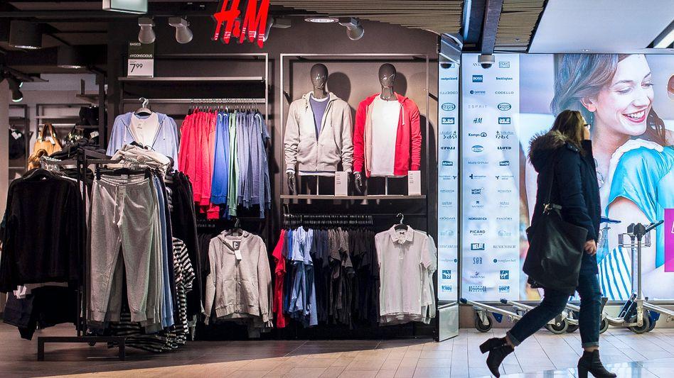 H&M-Filiale in Düsseldorf: Der Modekonzern steckt tief im Konzernumbau fest