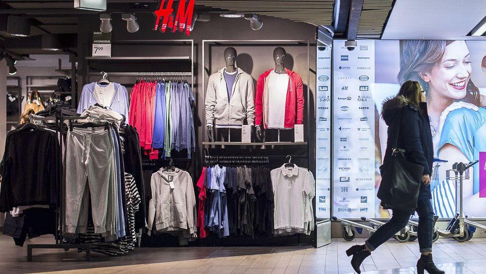 Shop von H&M: Die Coronakrise macht der Modekette zu schaffen, im 2. Quartal sank der Umsatz um 50 Prozent