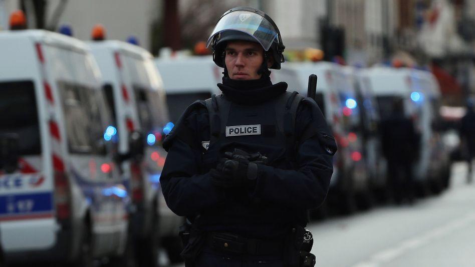 Polizist in Paris: Höchste Alarmbereitschaft