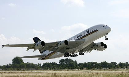 Auf dem Weg nach Singapur: Der erste fertige A380 geht an die Fluggesellschaft Singapore Airlines