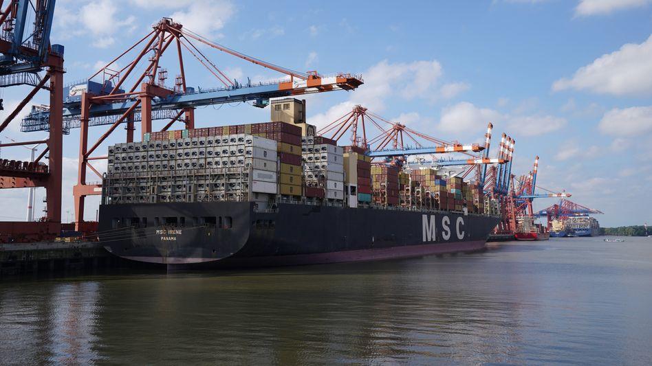 Containerschiff im Hafen von Hamburg: Lieferengpässe belasten zurzeit die Weltwirtschaft