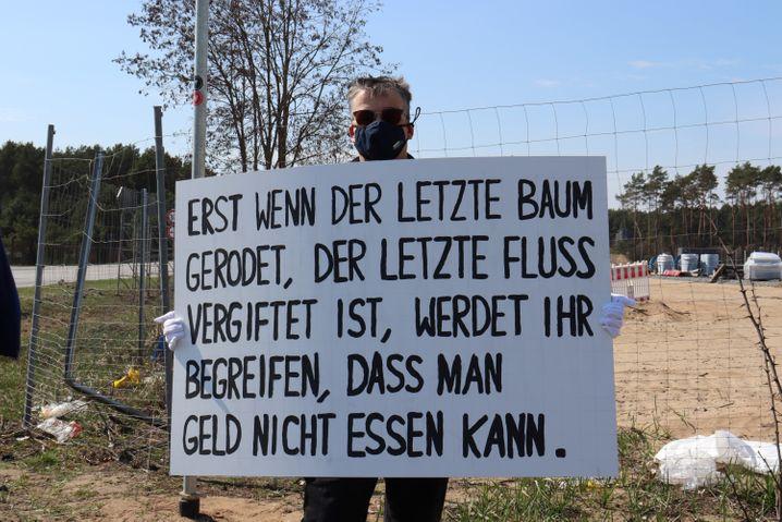 Sorgt sich um das Trinkwasser: Unsere Gesprächspartnerin von der Bürgerinitiative Grünheide beim Protest gegen die geplante Tesla-Fabrik