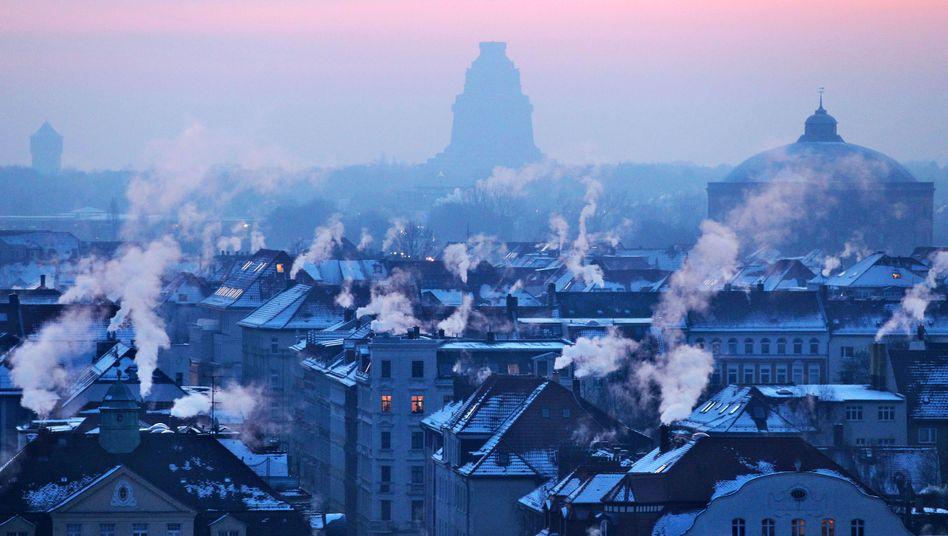 Schornsteine auf den Dächern: Auch wenn Vermieter einen Teil der Kosten tragen müssen - die CO2-Abgabe wird das Wohnen für Mieter verteuern