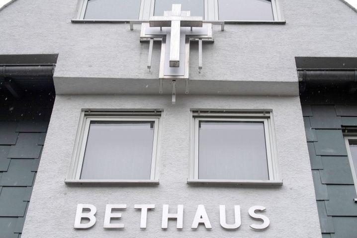 In einer Kirchengemeinde der Baptisten in Frankfurt haben sich mindestens 107 Menschen mit dem Coronavirus infiziert.
