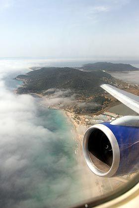 Blick auf Ibiza: Flugreisen als CO2-treiber