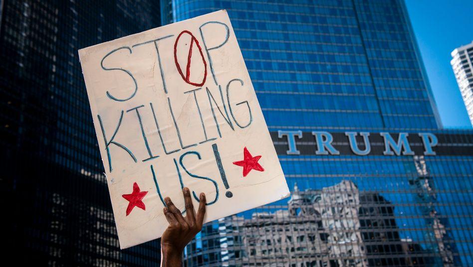 Chicago: Ein Demonstrant hält ein Plakat bei einem Protest vor dem Trump Tower