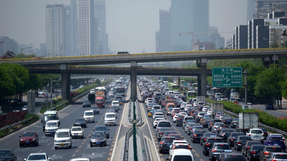Verkehrsstau in Peking: Die jüngste Schwäche der Volksrepublik ist keine Delle, sondern eine tief greifende Strukturveränderung. Deutsche Autobauer brauchen jetzt Restrukturierungsmanager in Fernost - und sollten Südostasien stärker in den Blick nehmen