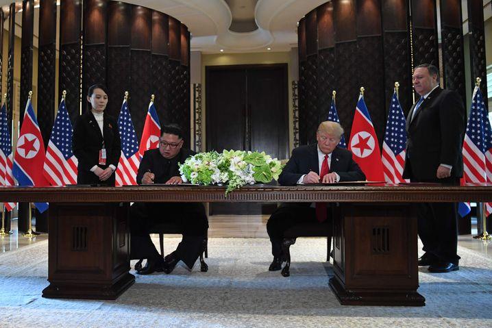 Der entscheidende Moment: US-Präsident Donald Trump und Nordkoreas Machthaber Kim Jong-un unterzeichnen ein Abkommen