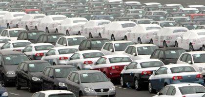 Parkplatz statt Verladerampe: VW-Fahrzeuge warten im Hafen Emden auf ihre Verschiffung