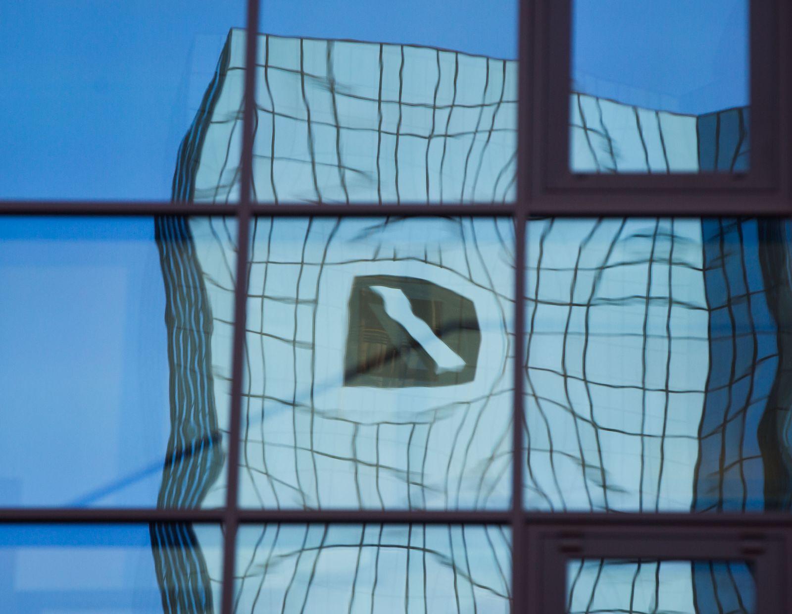 Deutsche Bank; verzerrtes Logo, Glasfassade
