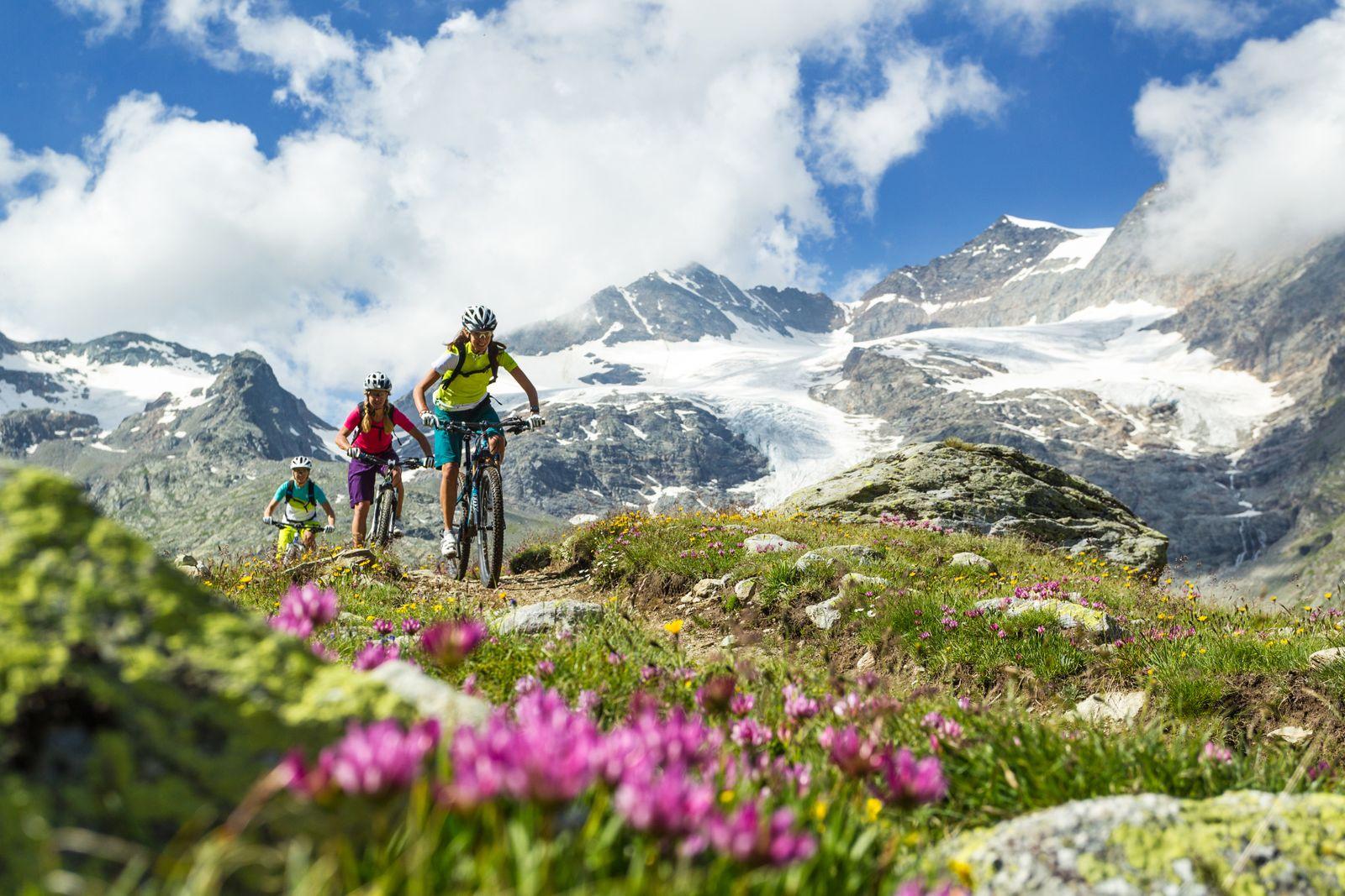 EINMALIGE VERWENDUNG Engadin St. Moritz: Mountainbikerinnen auf dem Bernina - Express