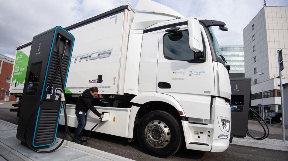 Elektrolaster: Daimler Trucks stellte kürzlich mit dem eActros sein erstes Volumenmodell mit Elektromotor vor. Der Prototyp war zwei Jahre lang bei Kunden getestet worden. Bis zu 400 Kilometer Reichweite verspricht der Hersteller.