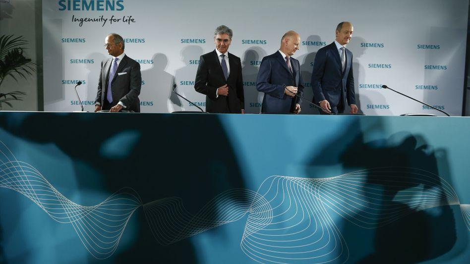Scheidung: Michael Sen (ganz links) verlässt den Siemens-Konzern. Auf Siemens-Chef Joe Kaeser (Mitte) folgt spätestens im Februar 2021 Roland Busch (rechts)