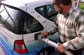 Alle 50 Kilometer eine Wasserstofftankstelle: Wasserstoff-Testfahrzeug von Mercedes