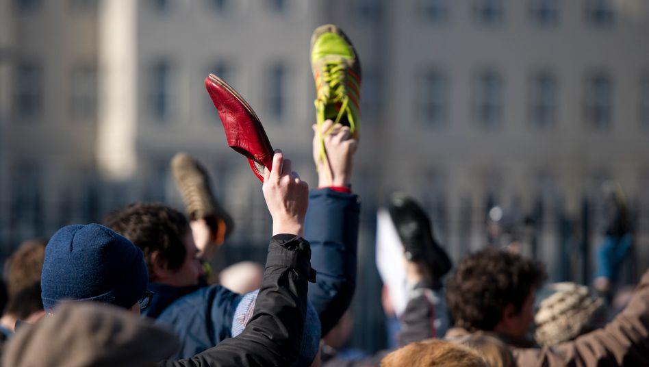 """""""Shoe for you, Mr. President"""": Schon im Februar wurde auf diese Art und Weise für den Rücktritt von Verteidigungsminister Karl-Theodor zu Guttenberg demonstriert"""
