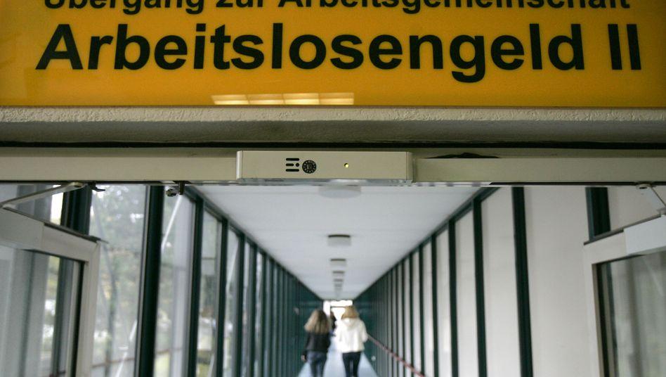 """Arbeitslosengeld II - besser bekannt als """"Hartz-IV"""": Zuviel gezahlte Leistungen will die Arbeitsagentur erst ab einer Bagatellgrenze zurückfordern"""