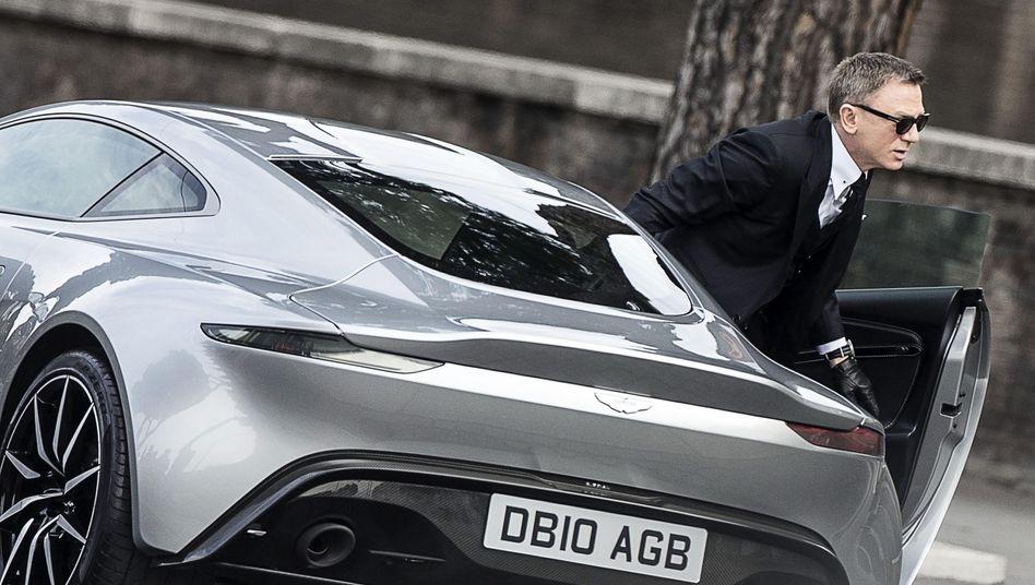 James Bond alias Daniel Craig steigt aus einem Aston Martin DB 10