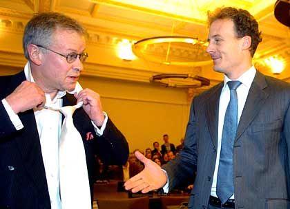 Auf Gedeih' und Verderb: Alexander Falk begrüßt seinen Rechtsanwalt Gerhard Strate