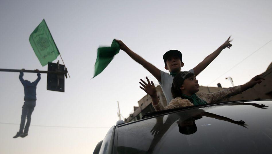 Aufatmen nach sieben Wochen Bombenhagel: Junge Palästinenser feierten gestern Abend in Gaza City den unbefristeten Waffenstillstand