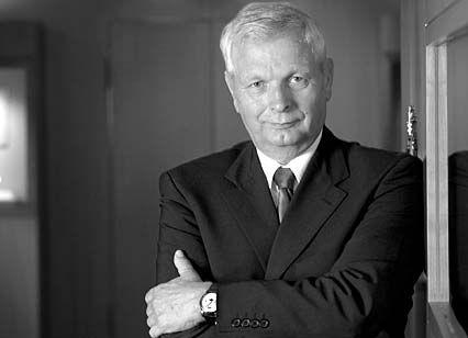 """Hartmut Knothe (59), Ingenieur für Feinwerktechnik, hatte bereits zu DDR-Zeiten führende Positionen in der Glashütter Uhrenindustrie inne. 1991 rückte er zum Betriebsleiter und Prokuristen der wiedergegründeten Manufaktur A. Lange & Söhne auf, deren Geschicke er heute als CEO lenkt. Knothe: """"Es ist wichtig, dass eine Uhrenmarke nicht jedem Trend folgt."""""""