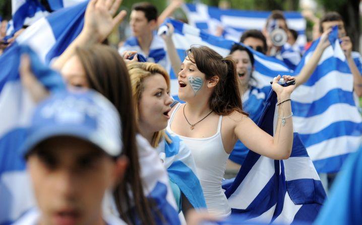 """Griechische Fußballfans: In der griechischen """"Super League"""" geht die Angst um - Spielerberater sind alarmiert und fordern die Überweisung der Gelder auf ausländische Konten"""